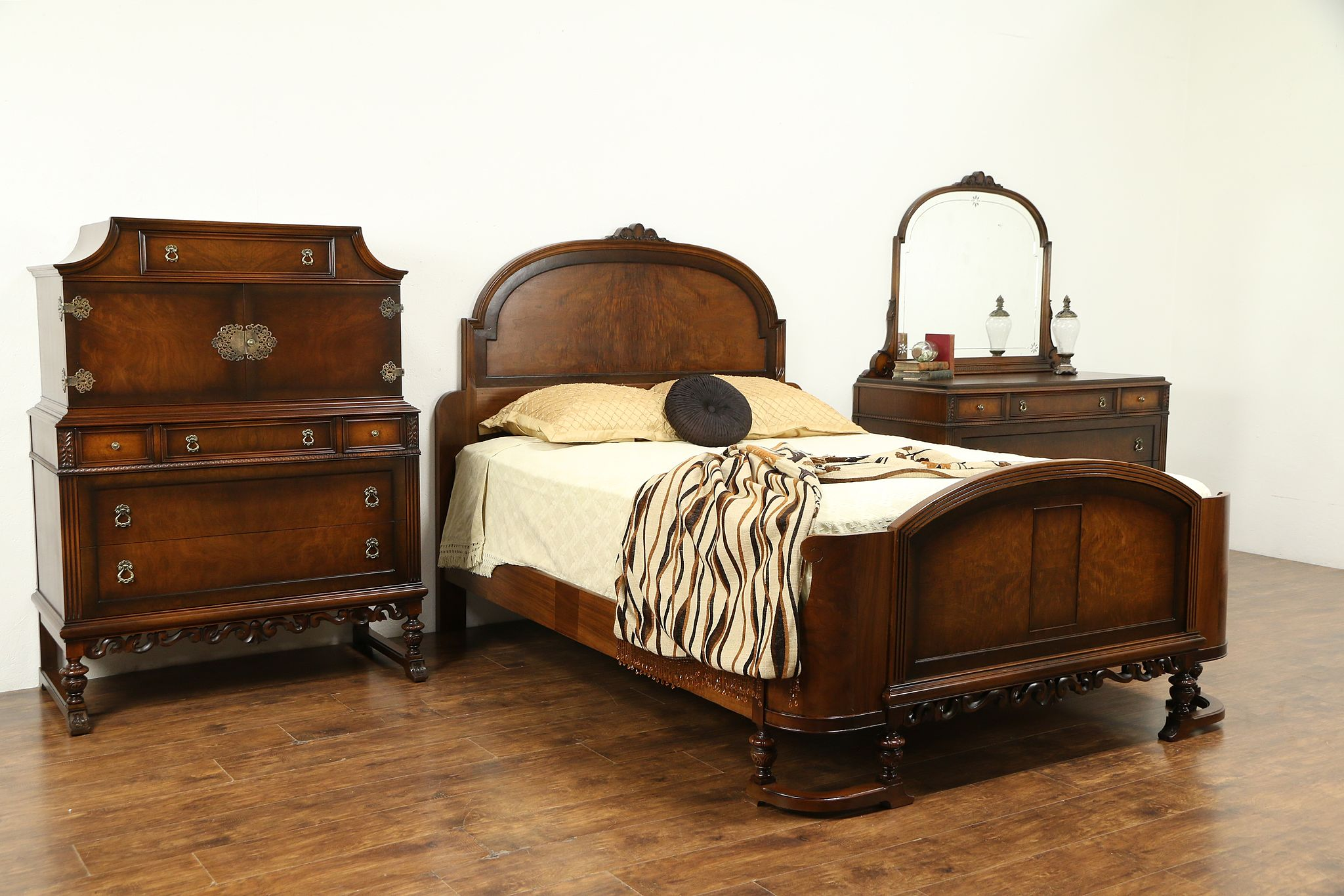 English Tudor Style Antique 1920 Walnut 3pc Bedroom Set Queen Size Bed 31125 Photo
