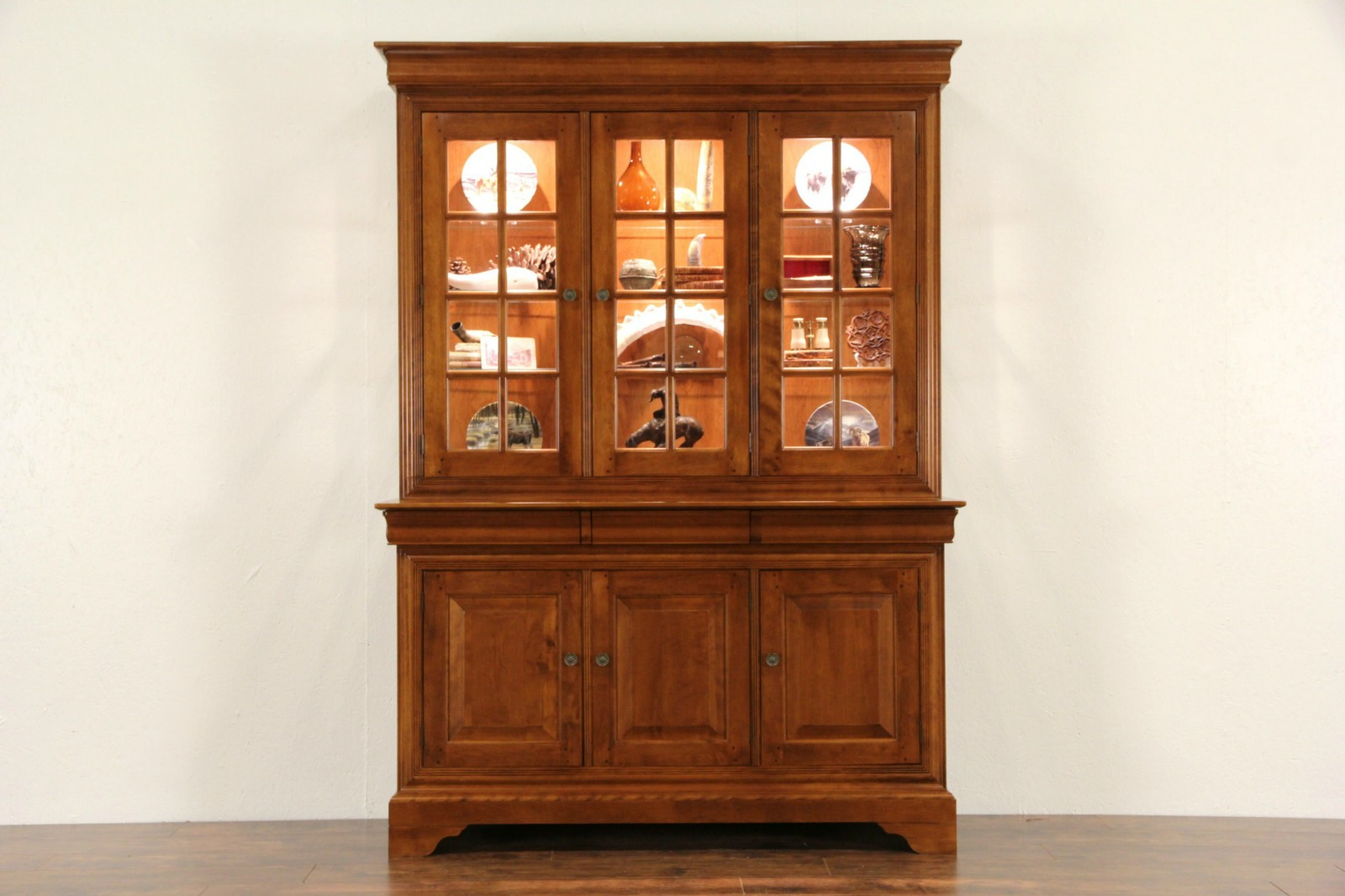 Nichols And Stone Signed Maple 1999 Lighted China Cabinet Or Bookcase