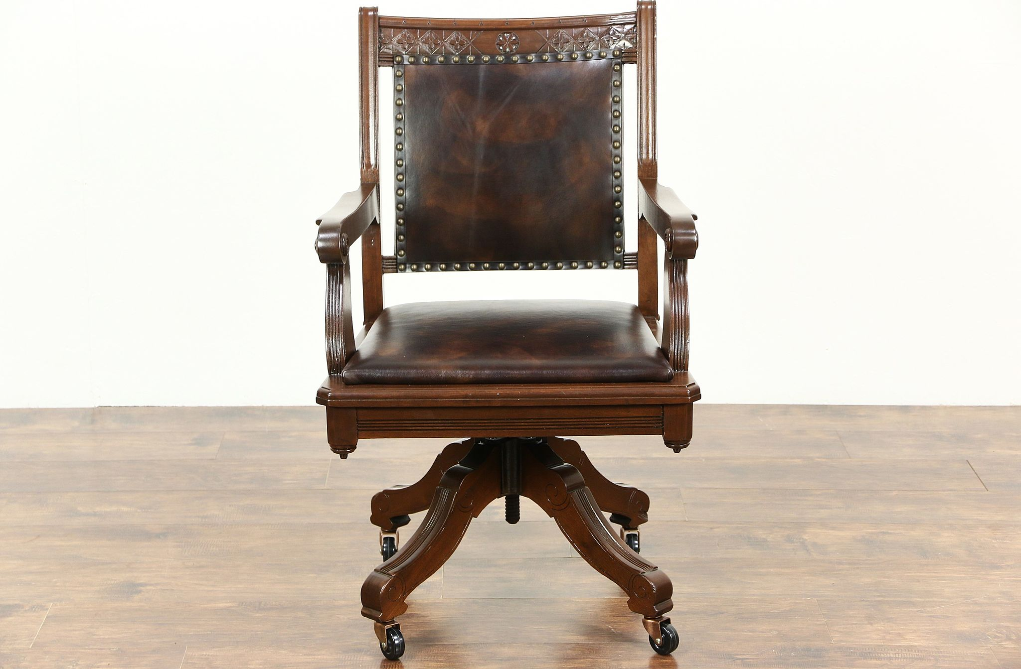 Etonnant Victorian Eastlake 1890 Antique Walnut Swivel Desk Chair, New Leather