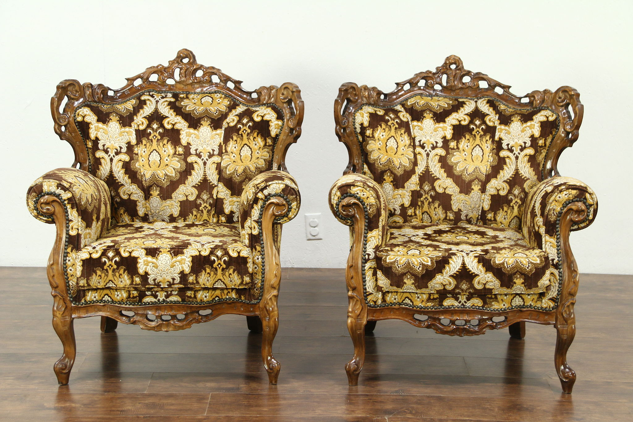 Pair of baroque style large carved vintage chairs italy for Baroque italien