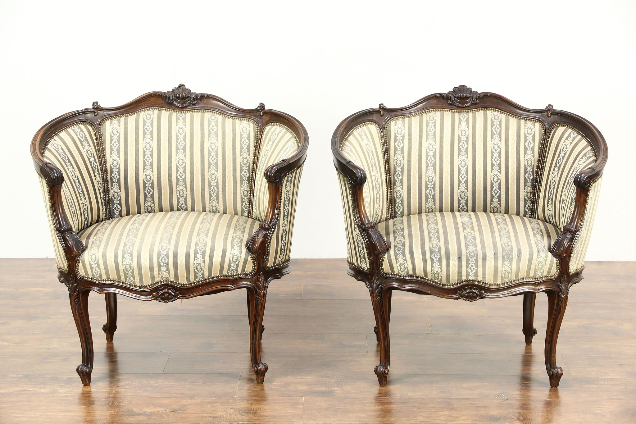 Merveilleux Pair Of French Louis XIV Hand Carved Walnut 1920 Antique Salon Chairs