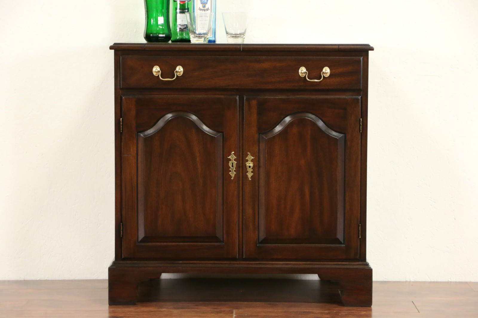 Attirant Henkel Harris Signed Vintage Mahogany Flip Top Bar Cabinet Server