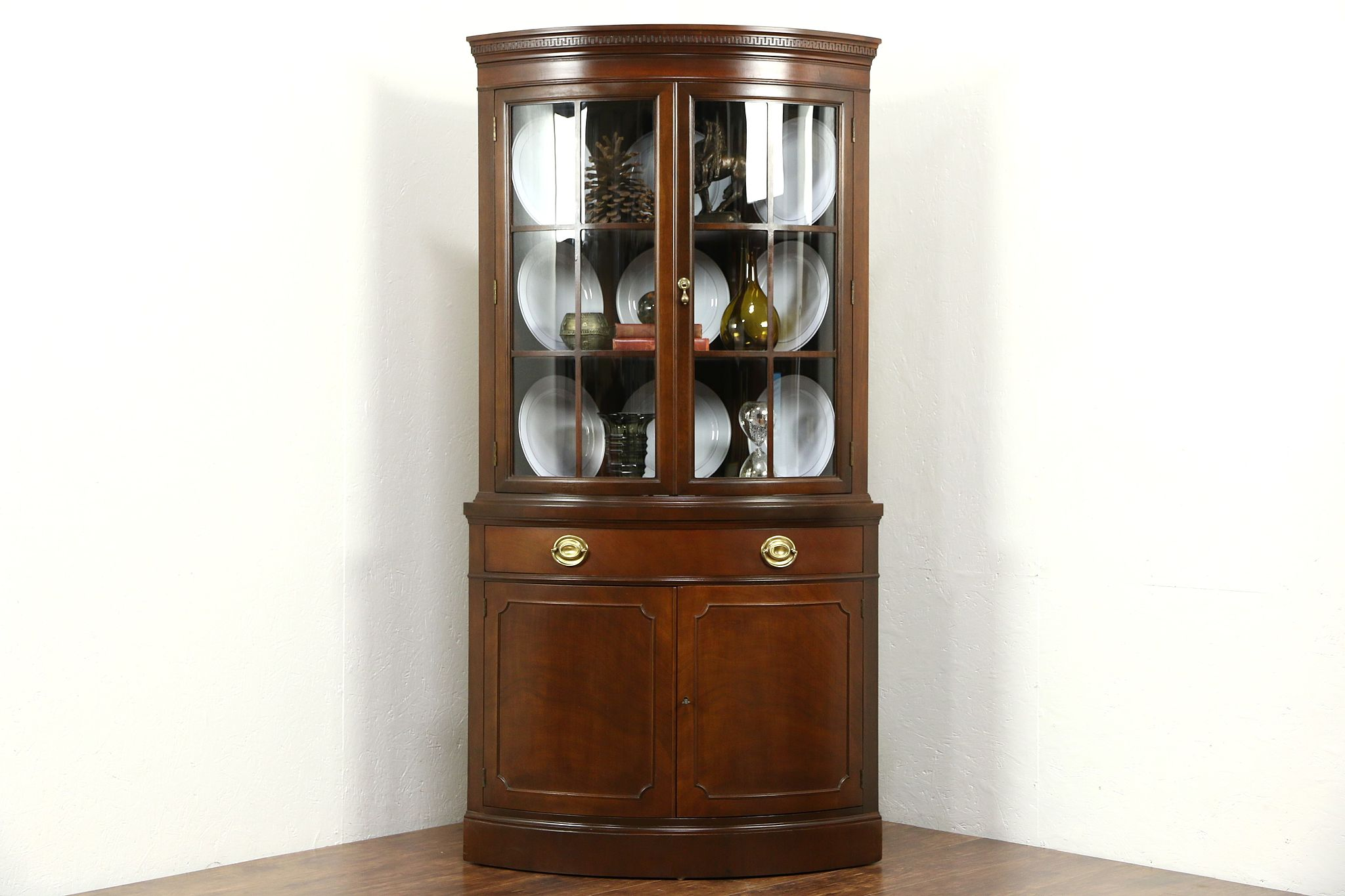 Charmant Drexel Travis Court Signed Vintage Mahogany Corner Cabinet, Curved Glass