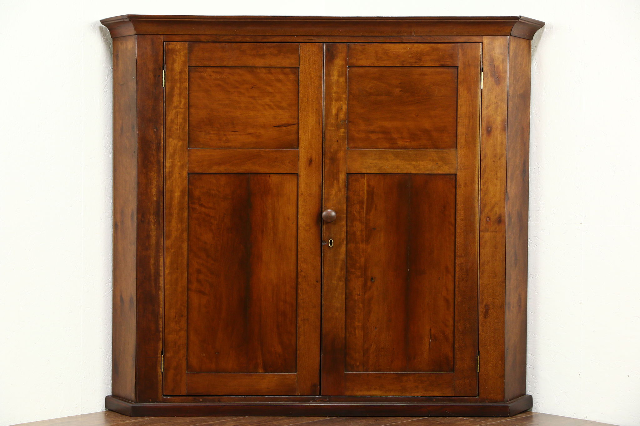 Exceptionnel Cherry Pennsylvania 1840 Antique Corner Cabinet Or Hanging Cupboard