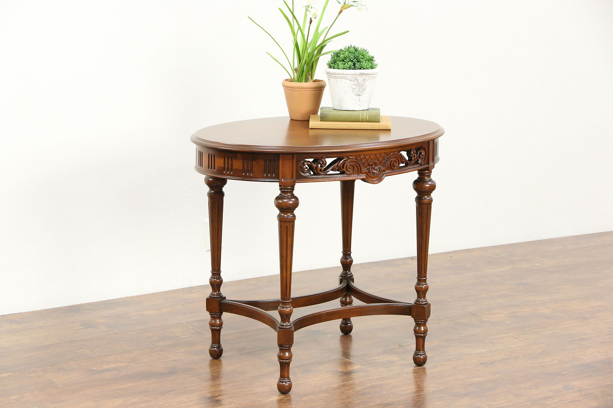 Merveilleux Oval Carved Walnut 1920 Antique Lamp Table, Signed Imperial Grand Rapids  Photo