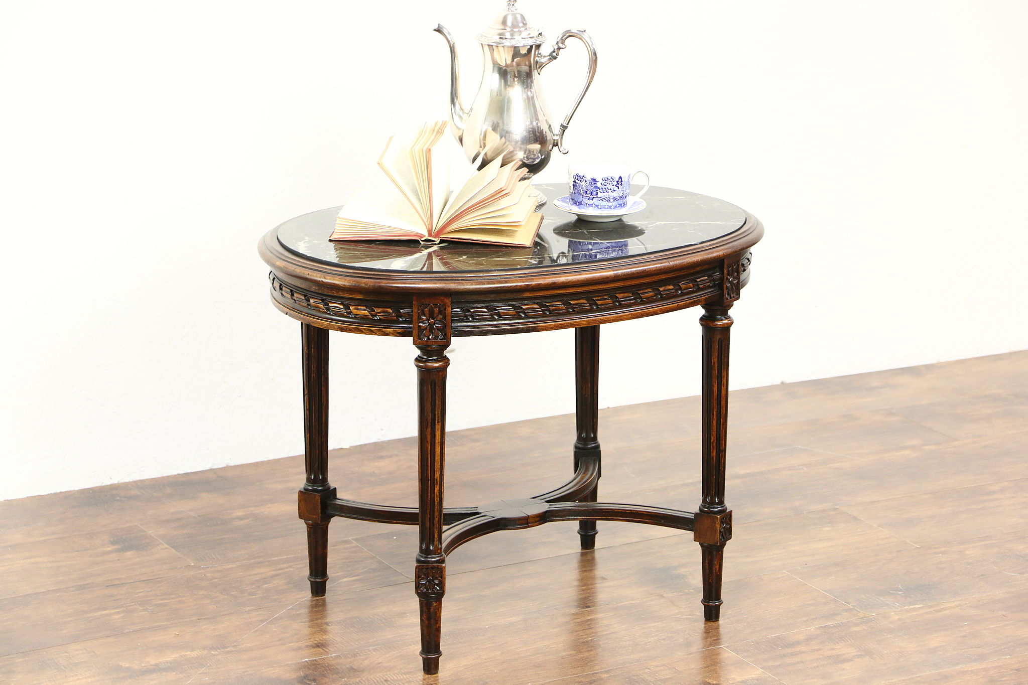 Etonnant Oval Carved 1930 Vintage Coffee Or Cocktail Table, Black Marble Top