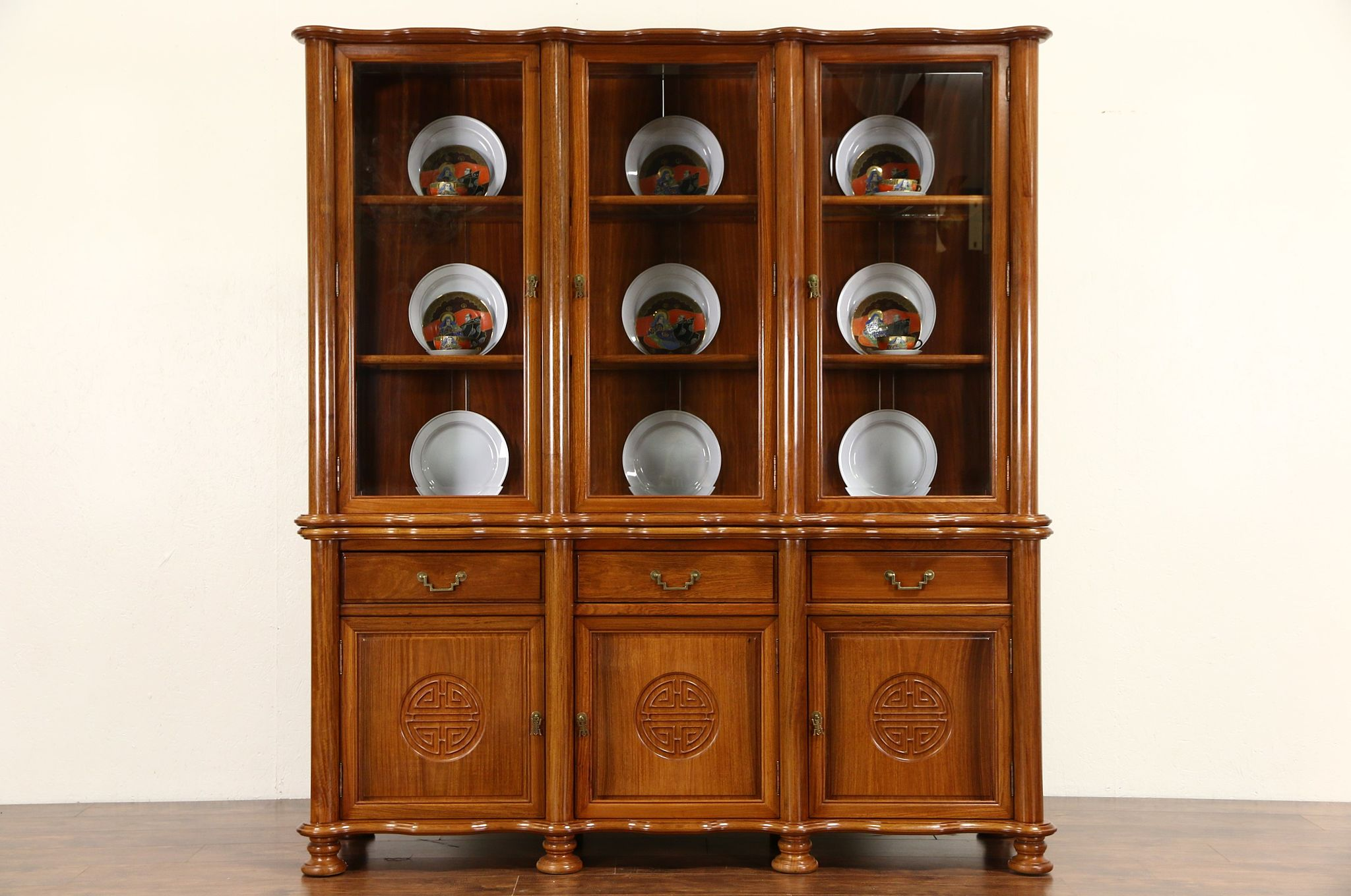 Incroyable Asian Vintage Hand Carved Rosewood China Or Curio Cabinet, Thailand